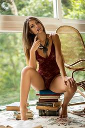 Glamorous Brunette Babe Beatriz